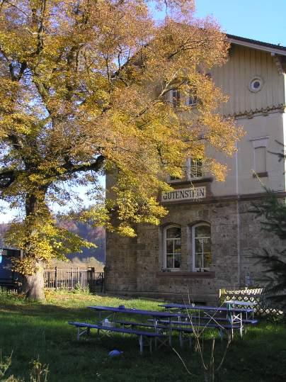 Giebel Bahnhof von West mit Linde.jpg